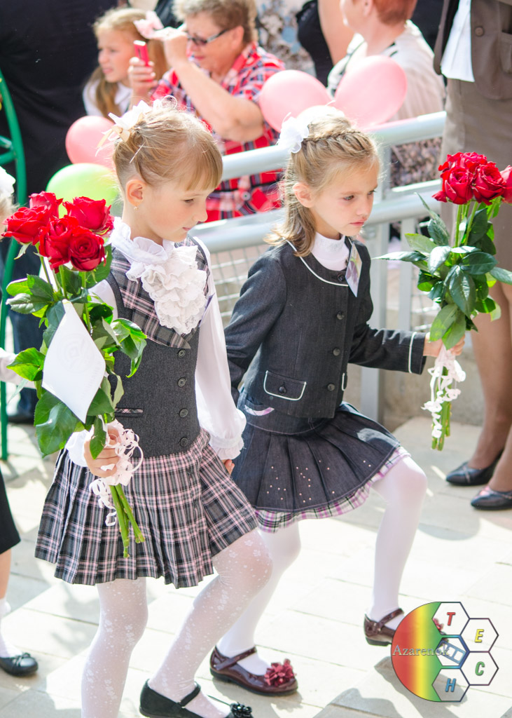 дети с цветами на линейке