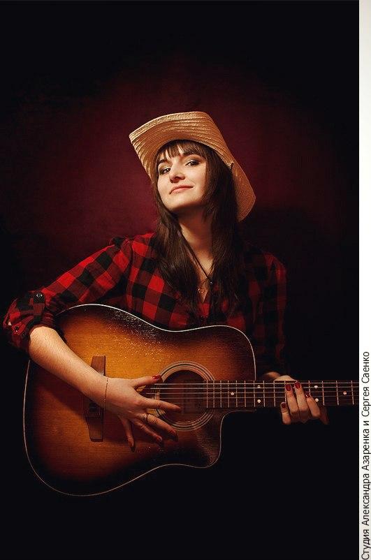 Девушка играет на гитаре кантри