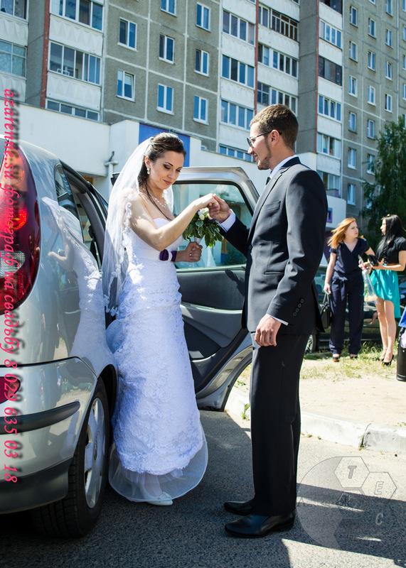 Невеста выходит из машины