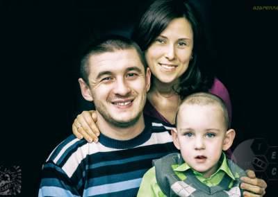 Семья в небольшой домашней студии фото