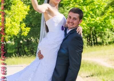 Свадебные Жених держит невесту на руках