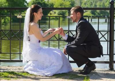 Свадебные молодожены у озера