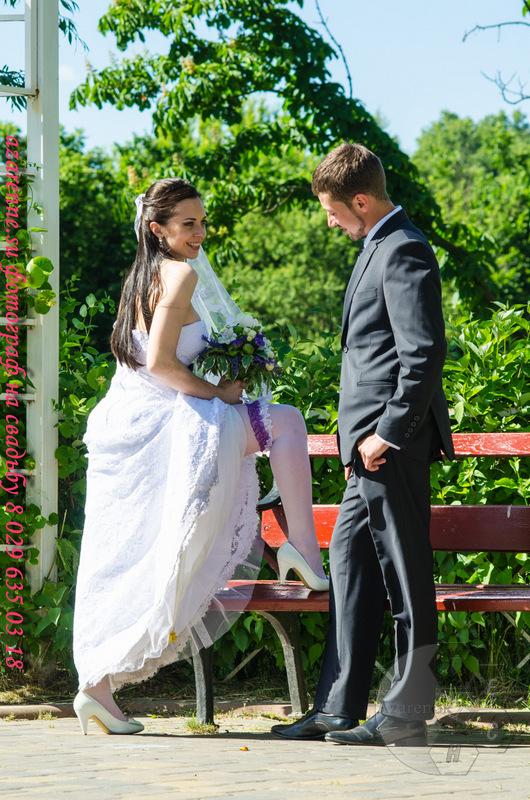 Свадебные невеста выставила ножку