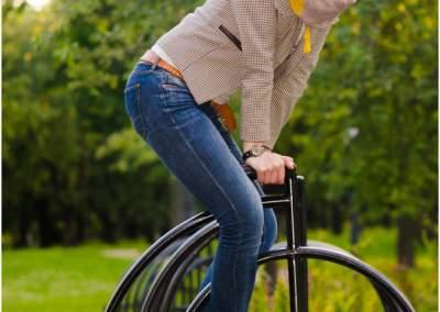 девушка на велосипеде из металла