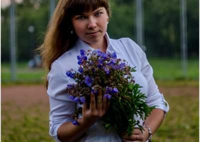 девушка с цветами в лошицком парке