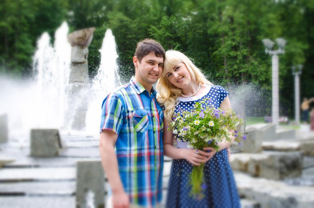 пара возле фонтана