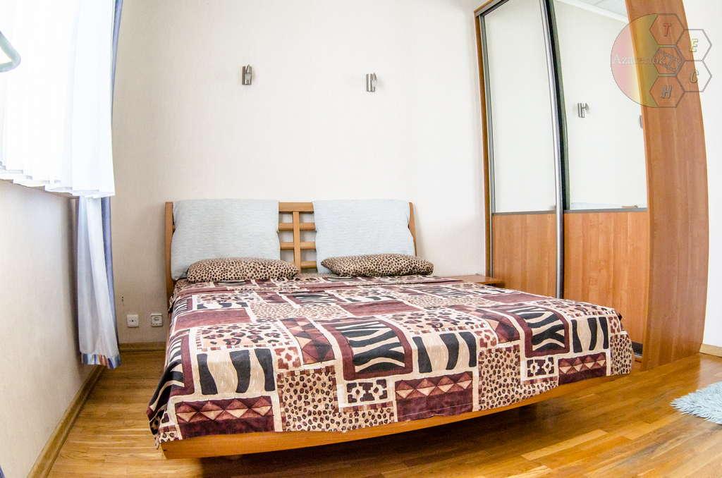 Двухспальная кровать в квартире на сутки