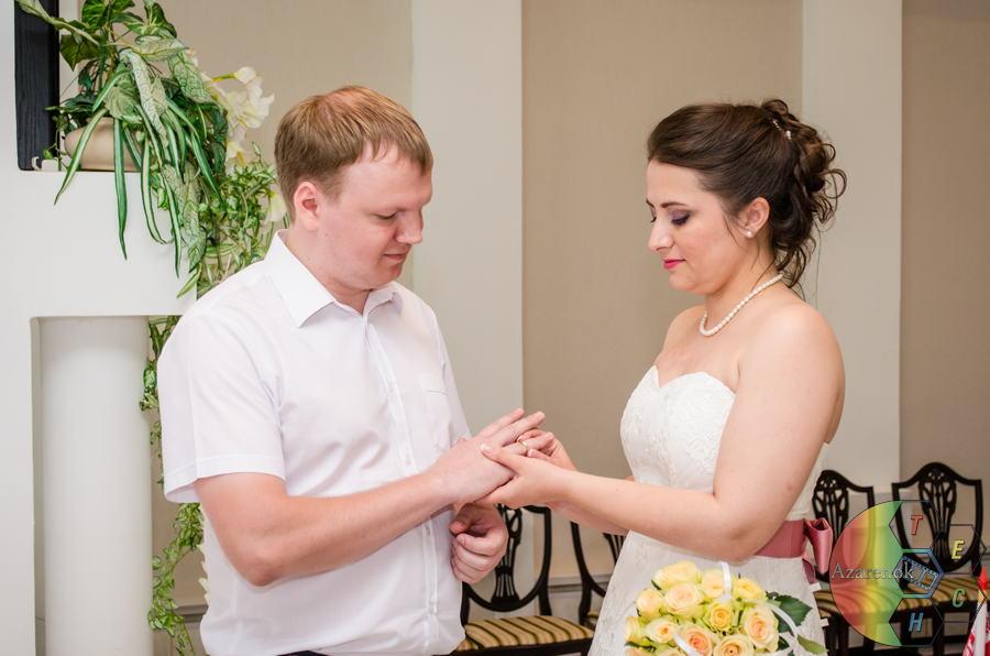 невеста одела кольцо суженному