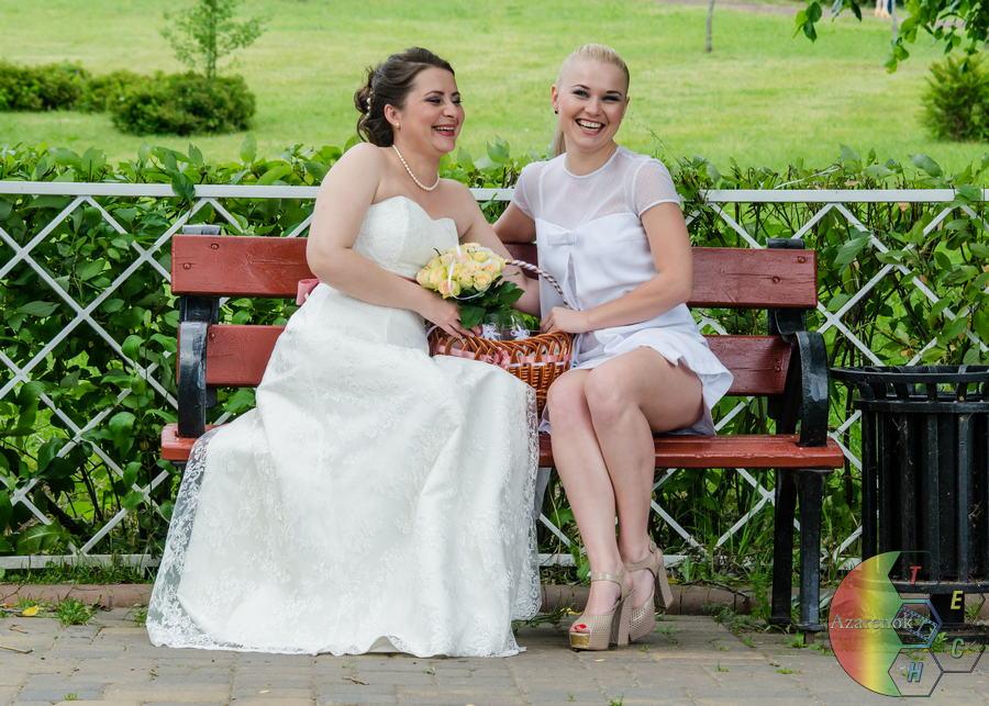 невеста и свидетельница в парке