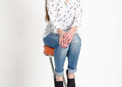 девушка на барном стуле