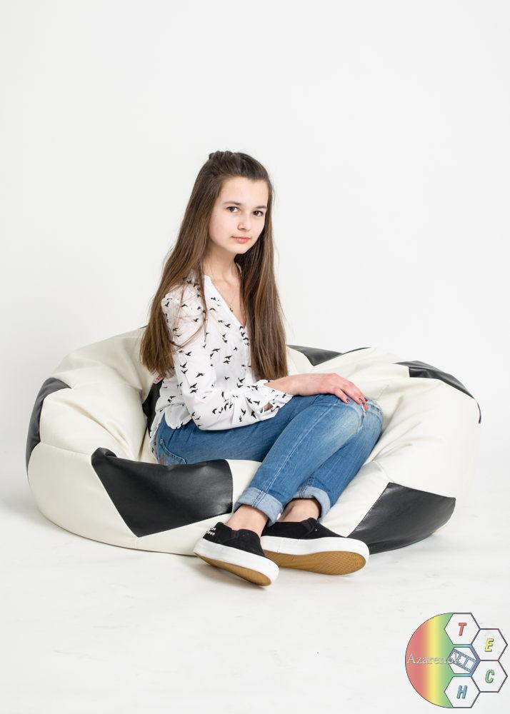 молодая девушка на кресле