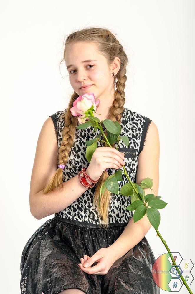 молодая девушка с розой